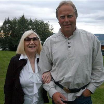 Legenden Nora Brockstedt og verten Arnstein Saltnes