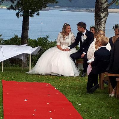 bryllup-utendørs-utsikt-rød-løper-snefugl-gård