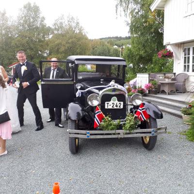 bryllup-veteranbil-brudepar-snefugl-gård