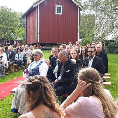 bryllup-gjester-utendørs-stabbur-snefugl-gård