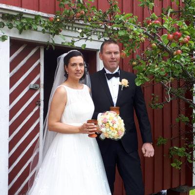 bryllup-brudepar-snefugl-gård