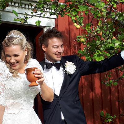 bryllup-brudepar-sommer-snefugl-gård